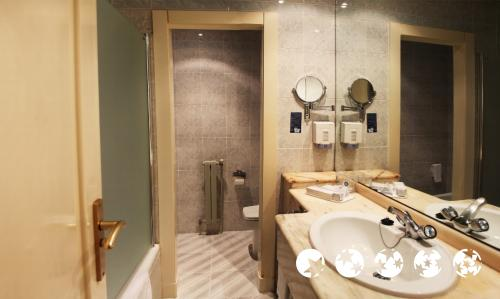 Bathroom – Mercure Carlton Rioja