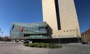 """Foto del exterior de """"Hotel Reina Petronila"""""""
