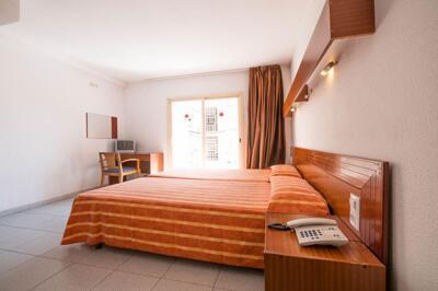 Foto di una camera da Hotel Checkin Montpalau