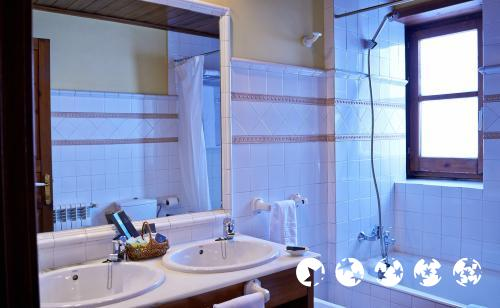 Foto del baño de Hotel Chalet Bassibe