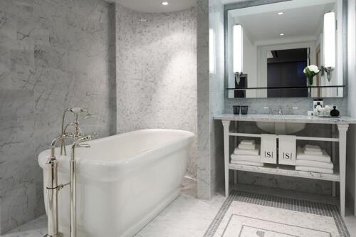 Foto del baño de Surrey Suites Hotel